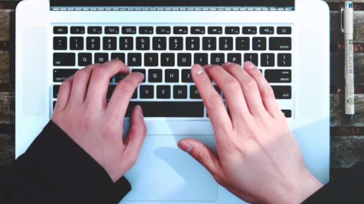 Let bij blind typen goed op de basispositie van je vingers, met je wijsvingers op de J en de F.