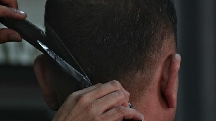 Als man je eigen haar bijknippen met een schaar en kam.